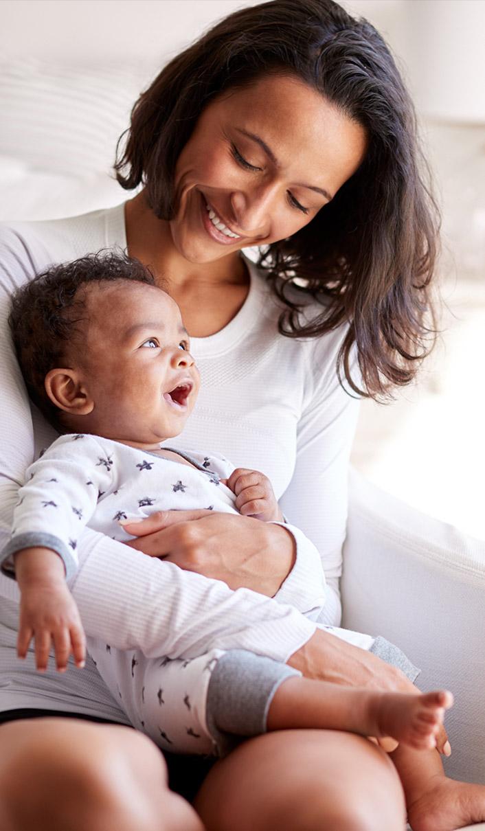 Portrait d'une maman heureuse avec son bébé dans les bras
